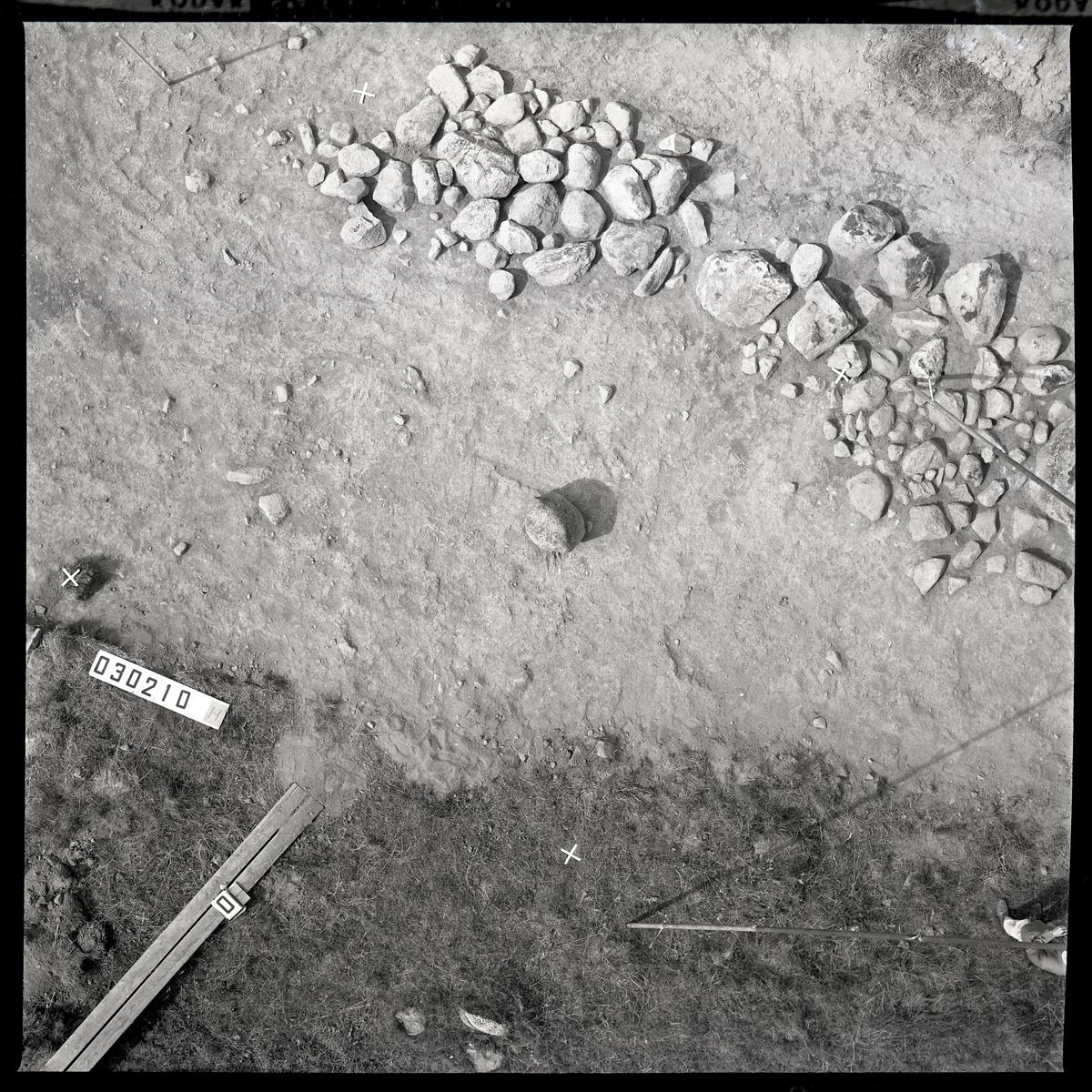"""Munktorp sn, Köping, Åsby. """"Hummelbacken"""". Utgrävning av gravfält RAÄ 117. Fotokarta. 1961."""