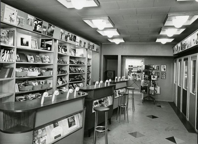 Fra Olaf T. Ranum's musikkhandel på 1960-tallet. Lytteavdelingen for klassisk- og jazzmusikk. Foto: Schrøder/ Ringve Musikkmuseum
