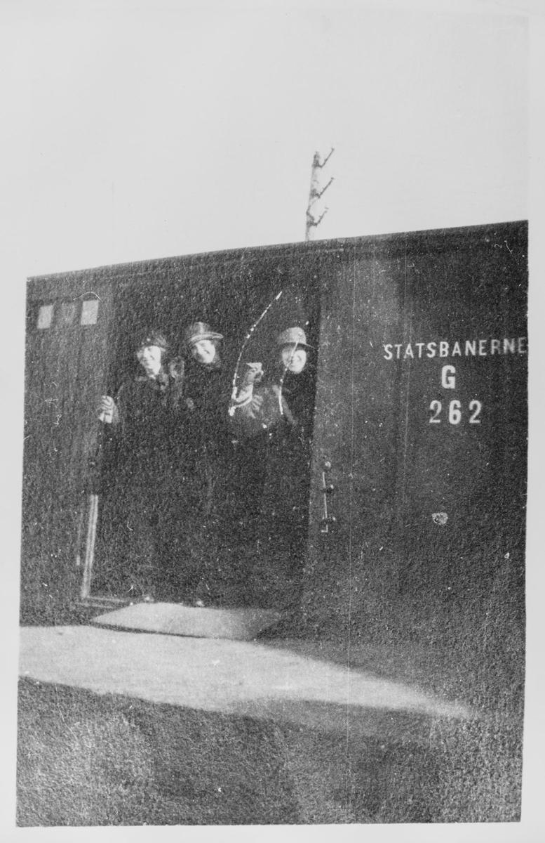 Tre kvinner i togvogn ved Egersund jernbanestasjon