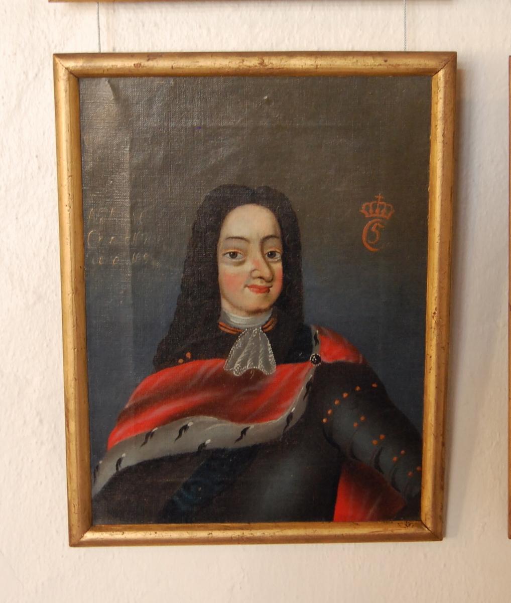 Portrett av Christian V. Olje på lerret. Halvfigur en face, hodet i halv profil mot høyre. Blågrå rustning, rød kappe.