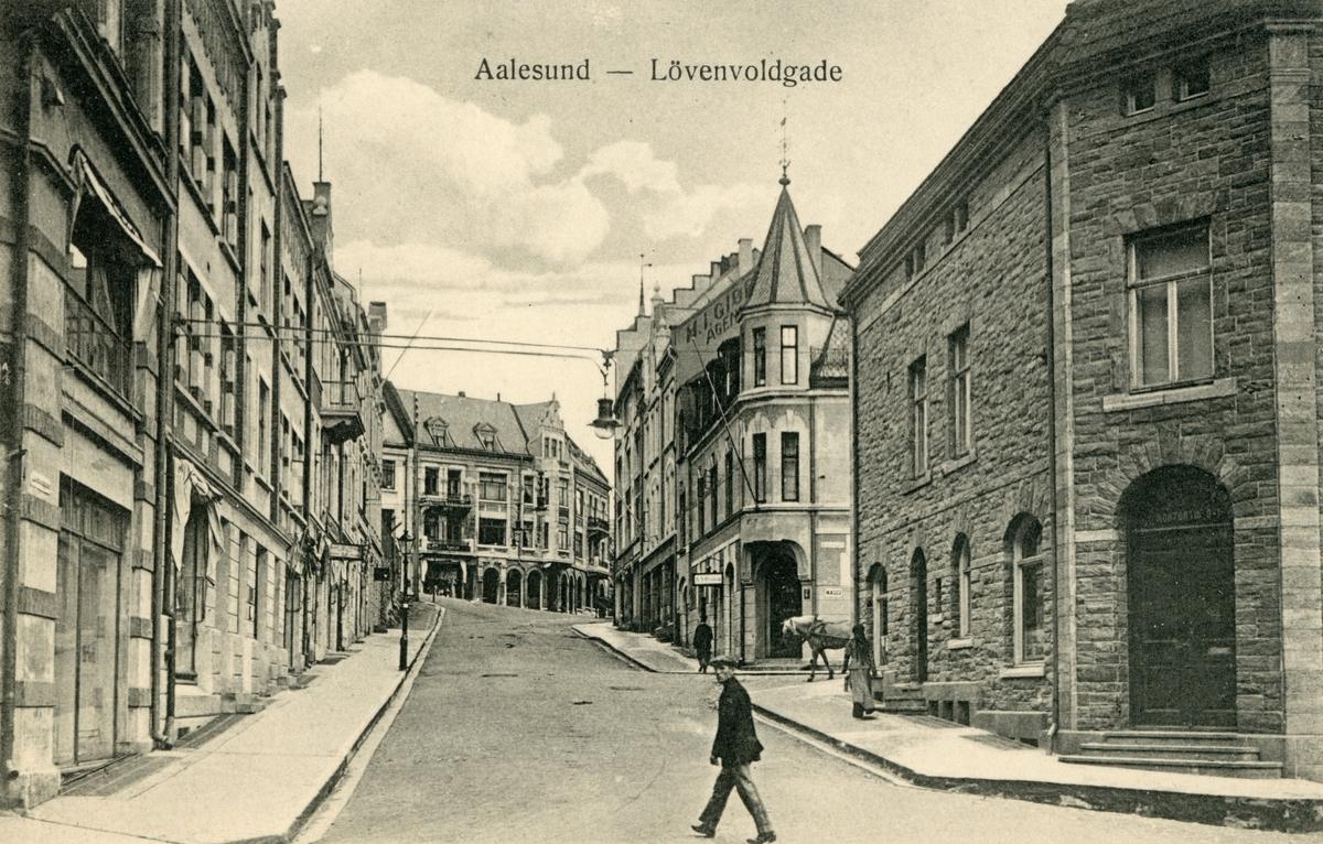 Motiv av gatemiljøet i Løvenvoldgata i Ålesund.