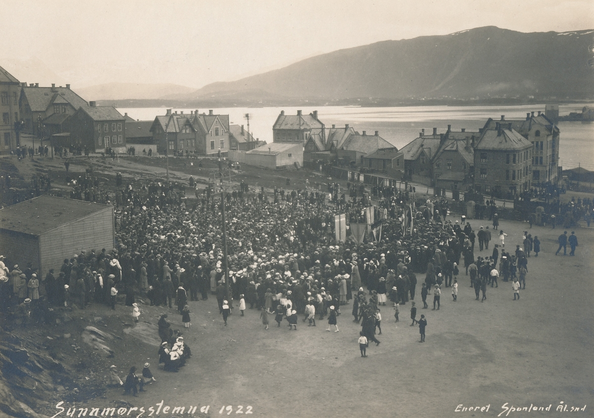 Sunnmørsstevnet i 1922 på Utstillingsplassen. Bildet er tatt mot sydøst. Borgundfjorden og Sulafjellet i bakgrunnen.