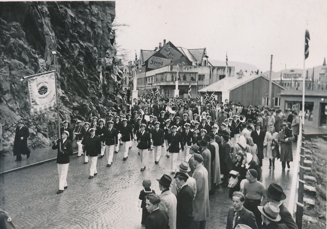 Ungdomsmusikken i Notenesgt den 17. mai 1948. Til venstre er Fuglefjellet på Rønneberghaugen. Det ble skutt vekk i forbindelse med byggingen av rådhuset på slutten av 1970-tallet.