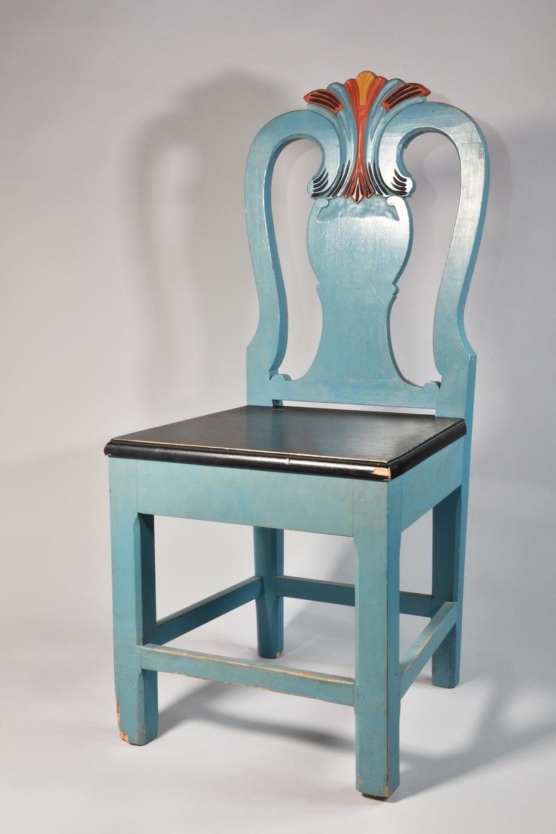 Stol, 2 st, kopior av NM.0105936, från Hede socken, Härjedalen. Modell med raka ben med fyra slåar, bakben och ryggståndare i ett, balusterformad ryggbricka med skulpterat krön, i vilket ryggståndarna är infattade. Stolarna är målade med oljefärg. Båda har svart sits. A har blå färg på ben och rygg, med det skulpterade partiet i blått, svart, brunrött och ockragult. B har rödbrun färg på ben och sidostolpar samt markeringar i svart på det skulpterade partiet.