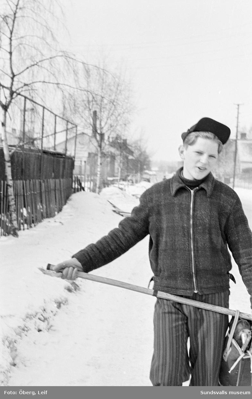 Jan-Olov Söderberg, Skönvik-Sunds IF, med hockeytrunk och klubba vid hockeyplanen vid Stenkrossplanen (bakom läktaren vid IP).