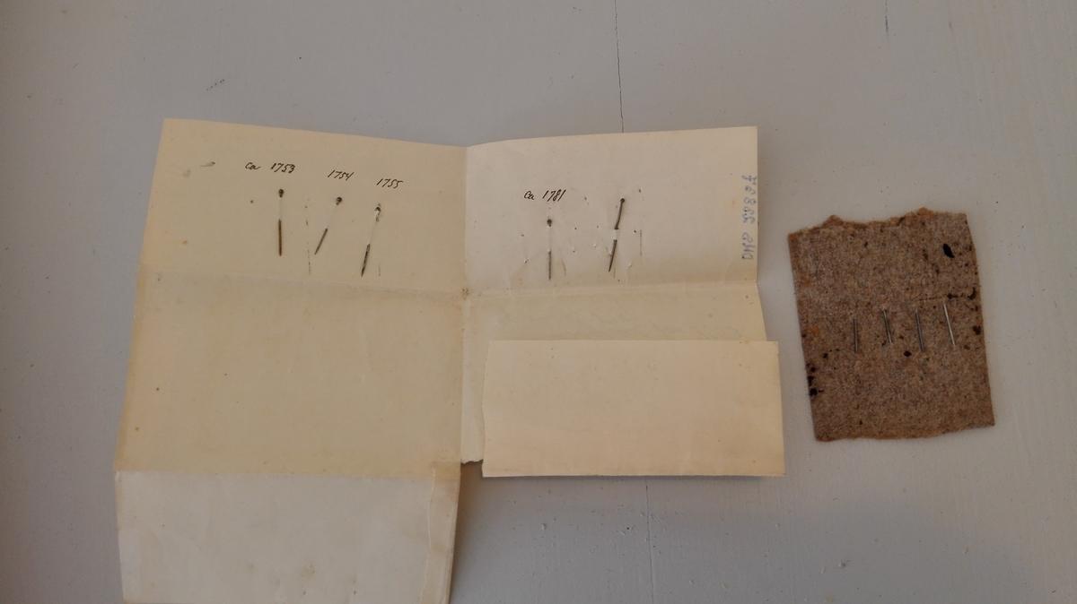 Form: Nåleforma Funne av lensmann Faleide i kassabøker frå 1753-54-55 og1781 Nokre av nålene festa til klutepapir.