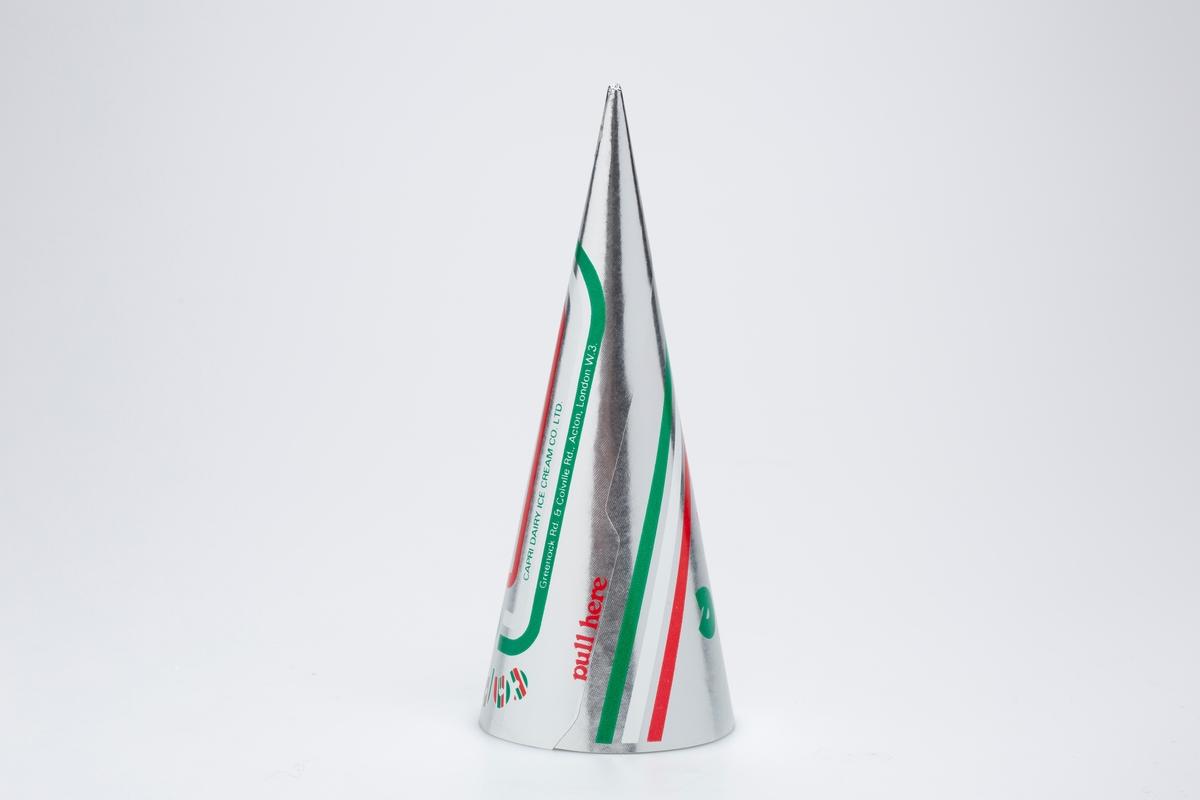 Kjegleformet iskrempapir (kremmerhus) i aluminium. Kremmerhuset er blankt og sølvfarget på utsiden og matt uten farge (hvitt) på innsiden. Den har trykket logo, mønster og tekst i rød, grønn og hvit . Mønsteret er striper av de tre fargene som omringer teksten.  Kremmerhuset er produsert for Capri, Capricone.