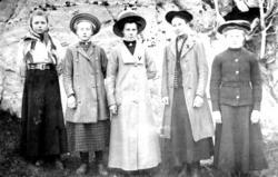 Konfirmanter, fra venstre: ukjent, ukjent, Ragna Moe, Signe