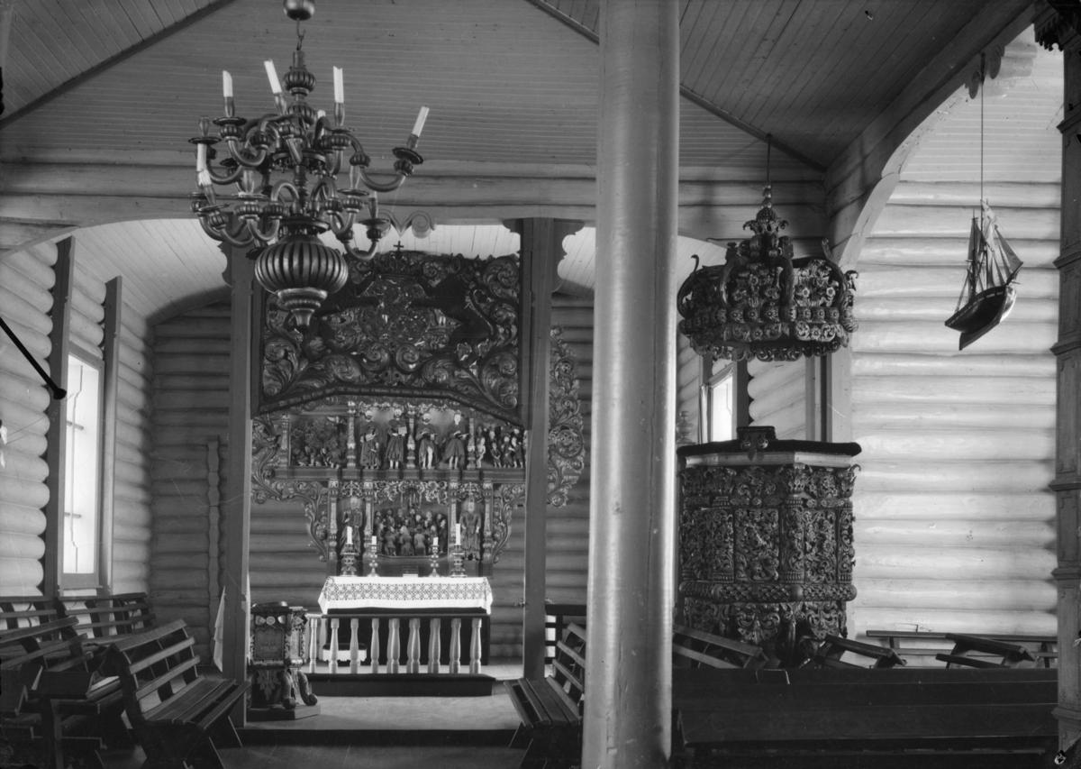 Preikestol og altertavle i Lesja kirke. Speilvendt.