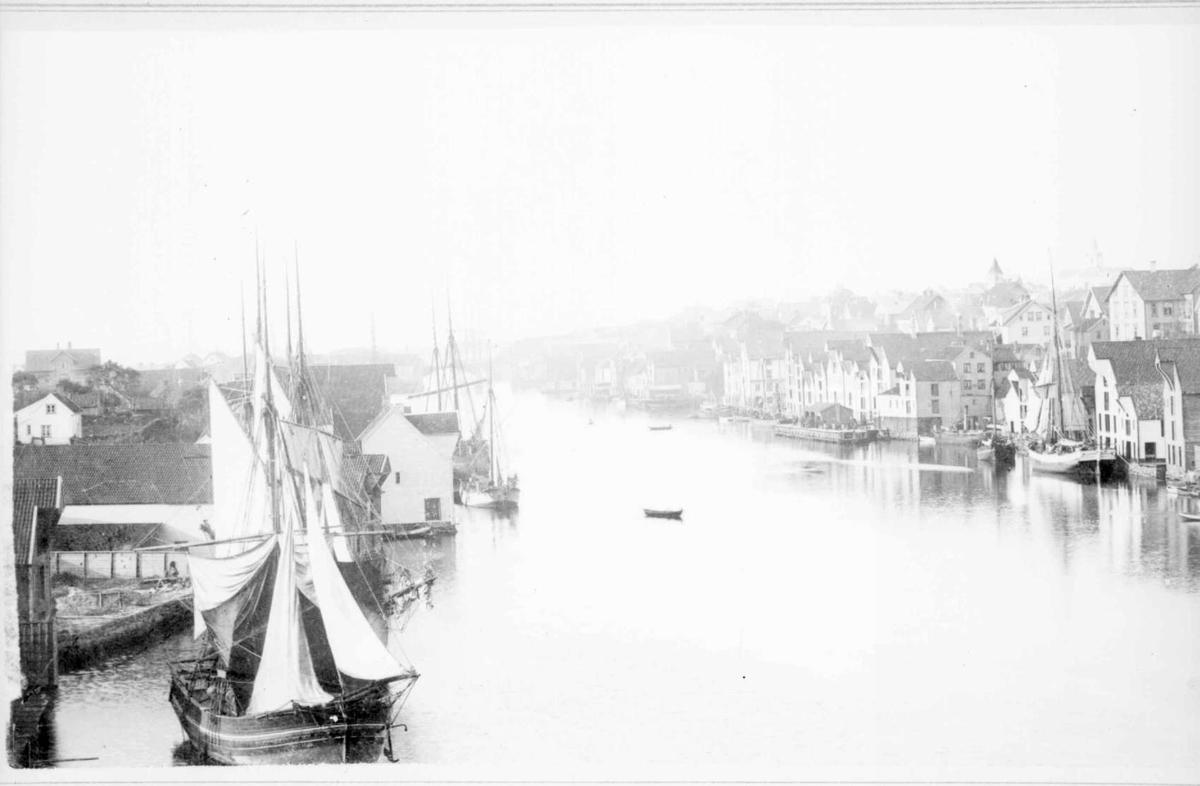 Repro: Havnebilde fra kystby. Overbelyst, uskarpt.