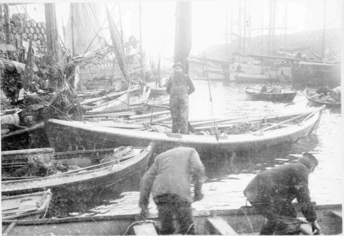 Repro: Havnebilde med småbåter og folk. Uskarpt bilde.
