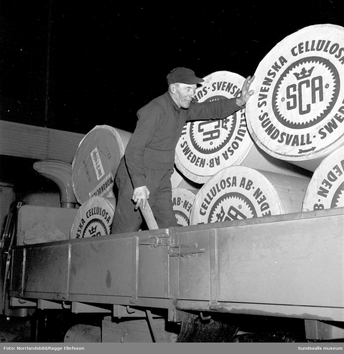 SCA levererade papper från Ortviken till mikrostaten Morokuliens tidning som planerades till julen 1959. För lastningen svarade Ivar Nordstrand, Stig Pettersson och Bengt Erik Hallén från Sundsvalls Lastbils AB.