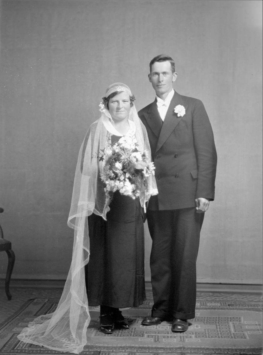 Portrett. Brudebilde. Ung kvinne og ung mann. Brudepar. Bestilt av Sigvart Birkeland