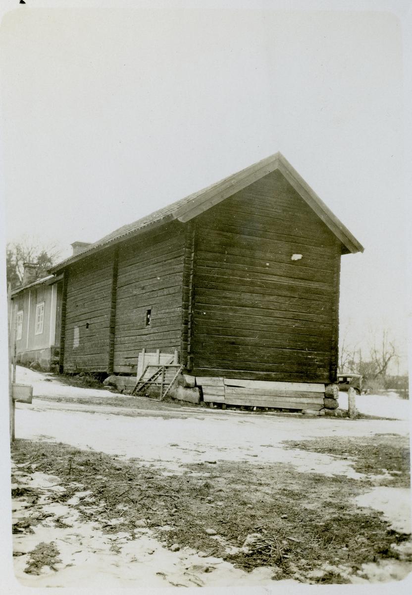 Möklinta sn, Sala. Magasinsbyggnad vid Möklinta prästgård. 1927.