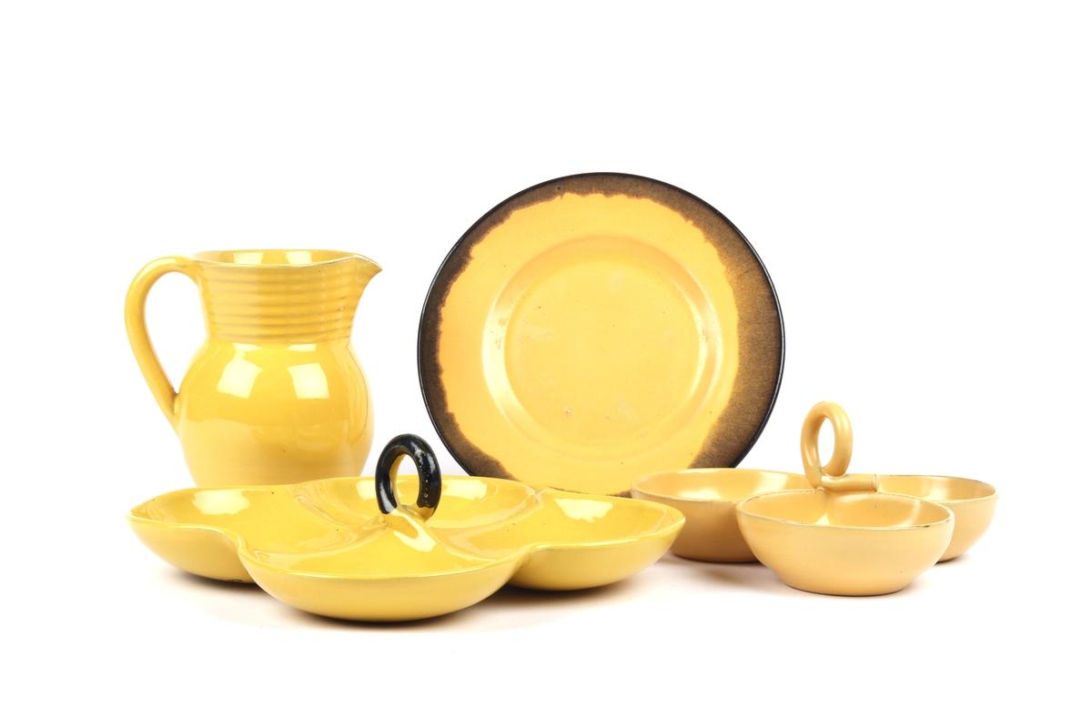 Servise fra GANNS KERAMIKK bestående av tallerken, fat og mugge.