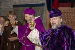 Møtedeltakerne løfter begrene med vin og skåler for det de har kommet fram til. (Foto/Photo)