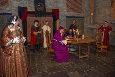 Et viktig møte finner sted mellom Jomfru Karine, Halvard bonde, Knut kannik, erkebiskopen, kardinalen og Biskop Mogens.
