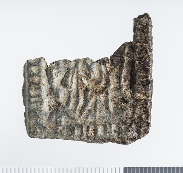 Firkant i sølv med avbrutt overdel, har vært nesten kvadratisk, innpreget symboler og bilde av Hellige Birgitta.. Foto/Photo