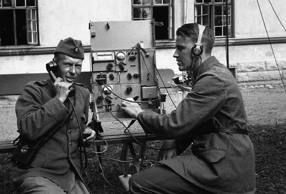 Radiostation. Till höger C-E. Suneson.