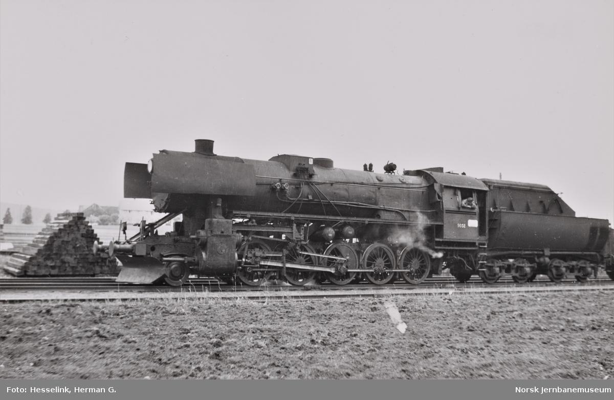 Damplokomotiv type 63a nr. 5032 på Ronglan stasjon