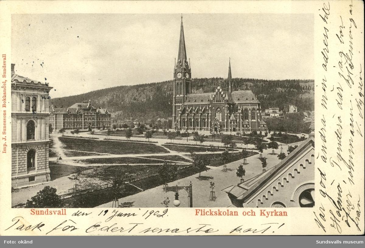 Vykort med motiv över Flickskolan och Gustav Adolfs kyrka.
