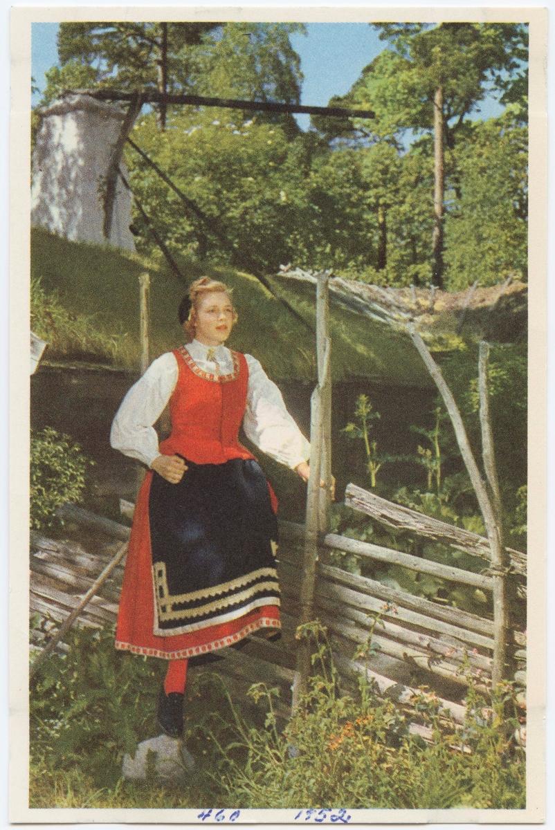 """Vykort med motiv från Skansen. """"Dräkt från Toarp, Västergötland."""""""