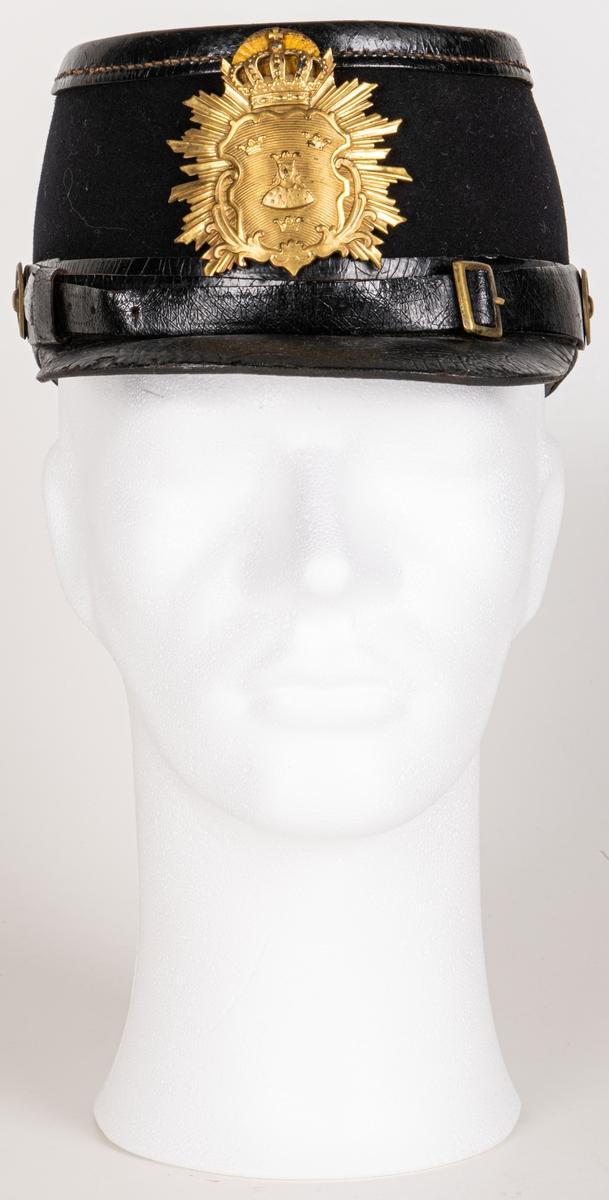 Uniformsmössa med plym av tagel. Plymen saknas.