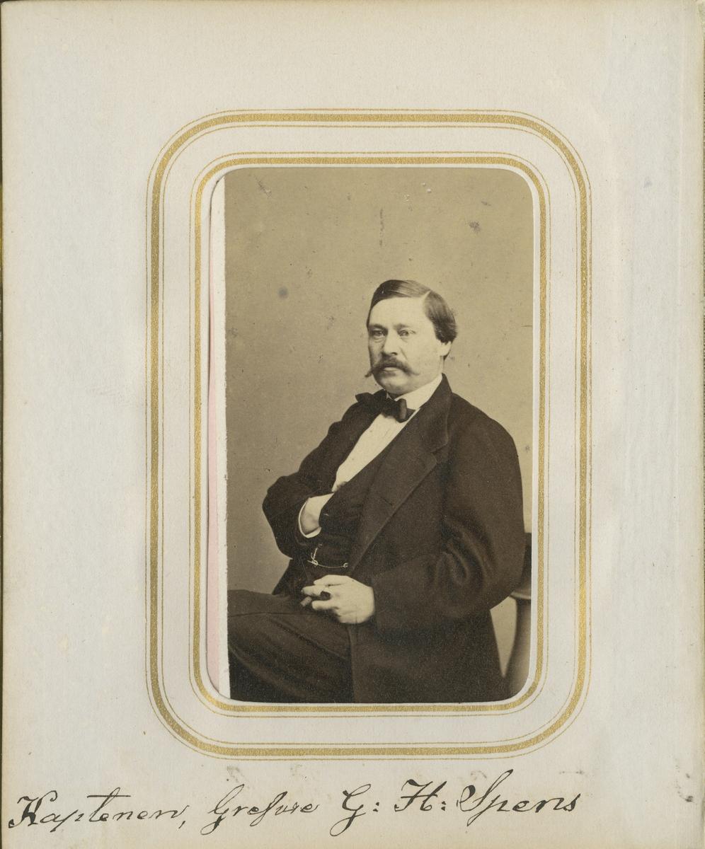 Porträtt av Gustaf Harald Spens, kapten vid Andra livgrenadjärregementet I 5.  Se även bild AMA.0001954 och AMA.0009531.