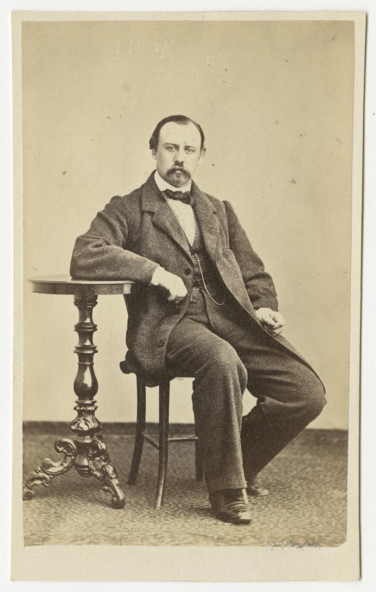 Porträtt av Fritz Julius Franklin Rosenquist, löjtnant vid Andra livgrenadjärregementet I 5.  Se även bild AMA.0001970.