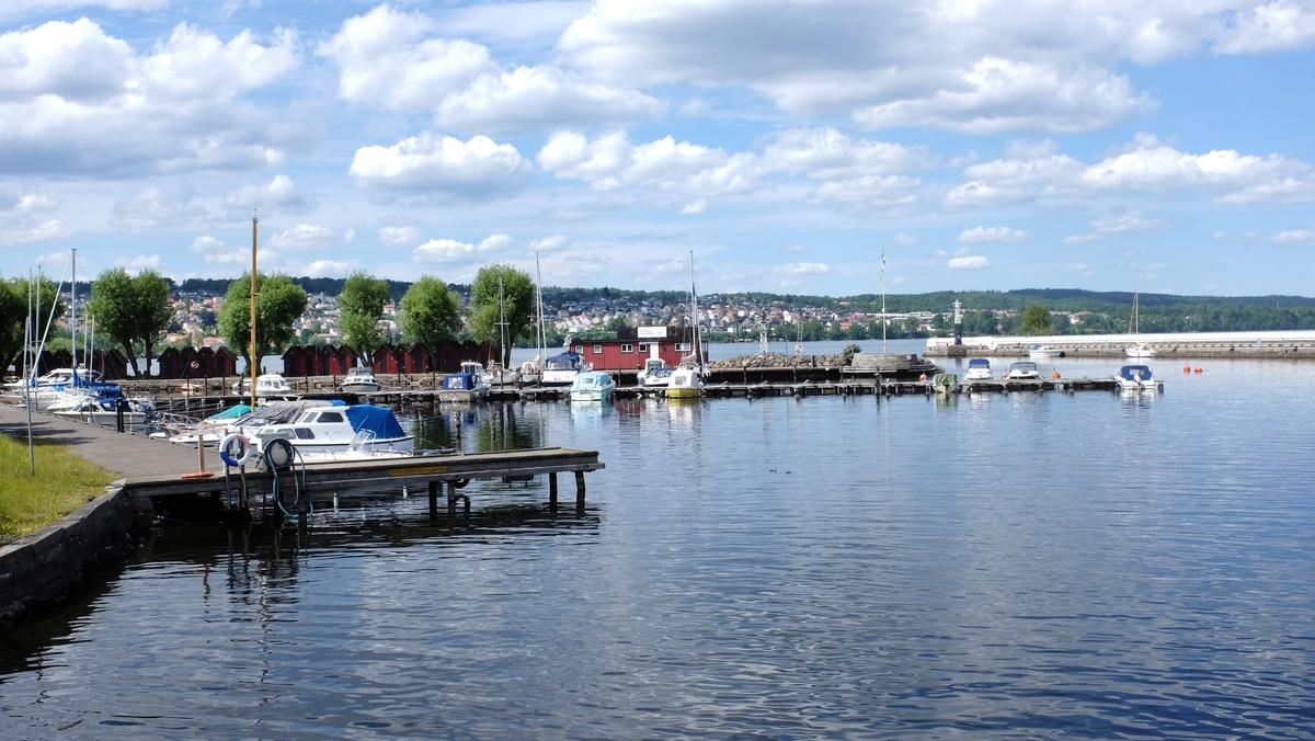 Några småbåtar ligger förtöjda i Jönköpings hamn.