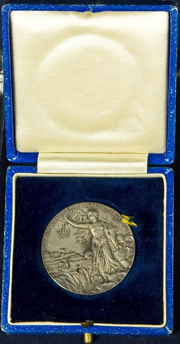 19:DE ALLMÄNNA SVENSKA LANDTBRUKSMÖTE GEFLE 1901 Porträtt av Ocar II i originaletui