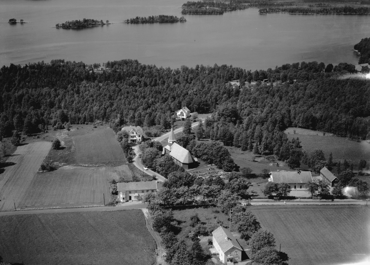 Flygfoto över Bonstorp och Bondstorps kyrka i Jönköpings län. Nr 1106/1961