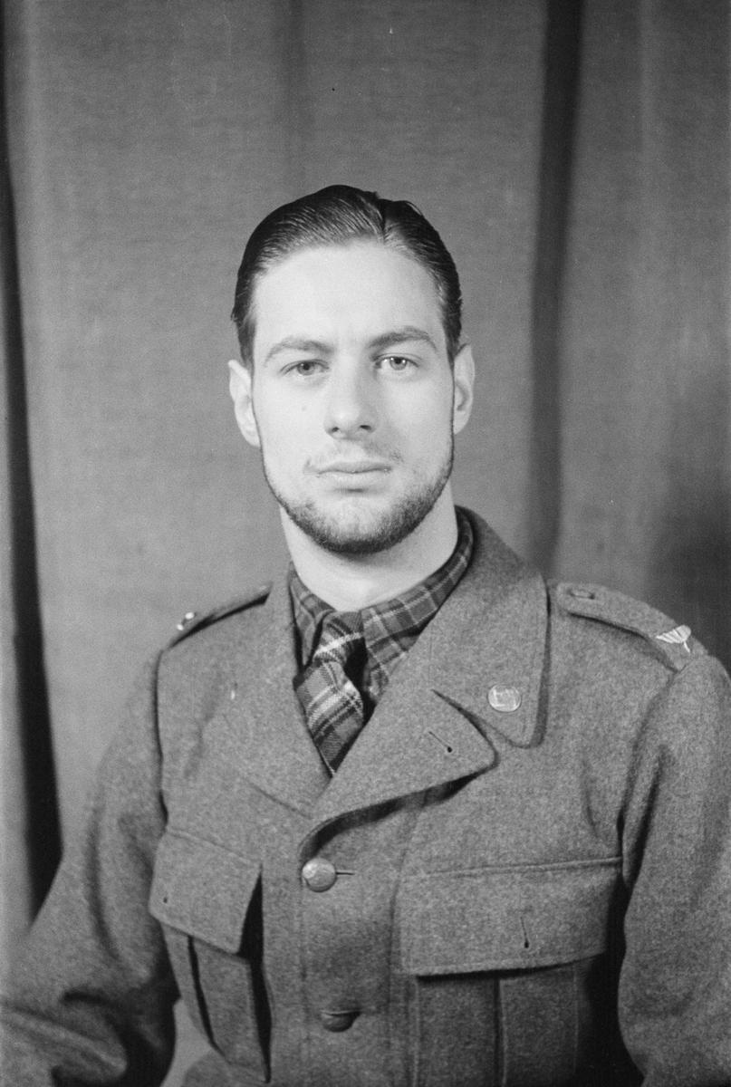 Porträttfoto av soldat Kjell Roland Sundberg (nummer 915), bilförare Posio vid F 19, Svenska frivilligkåren i Finland under finska vinterkriget, 1940.