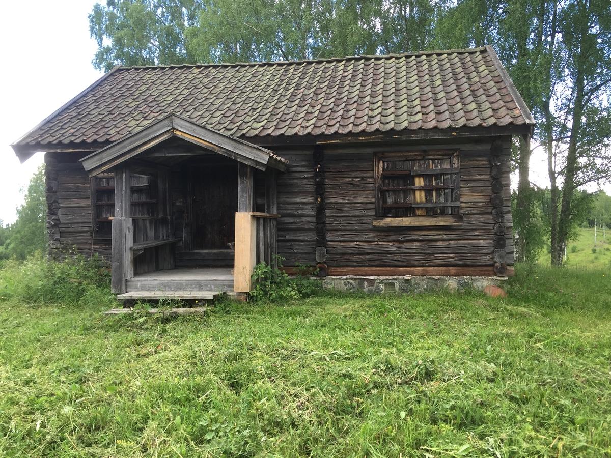 Stuebygning på Holteløkka i Nes. Flyttet til Hvamshaugen i 1934, gammel husmannsplass under Store Hvam.