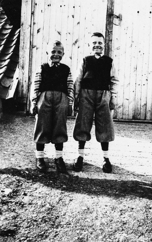 Brørne Harald Ree (1939 - ) og Joleif Ree (1937 - ) oppstilte på låvebrua.