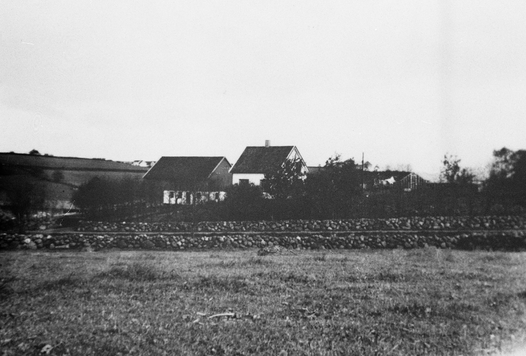 Ommund Tunheim fekk skøyte på garden Dybendal på Rossaland i 1933. Sonen Olav fekk skøyte i 1978.  Til venstre garden til Olav Slettebø som nå i 1990 er byggefelt.