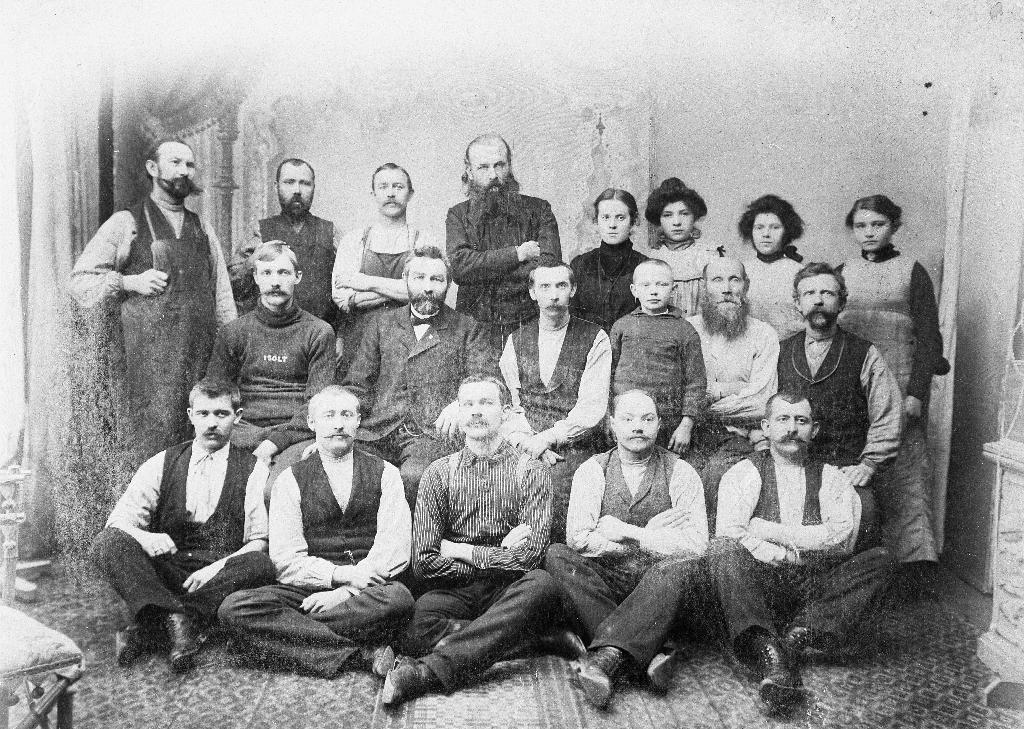 Eigar og arbeidarar ved Østrem Skofabrikk i Stavanger. Sitjande framme heilt til høgre skomakarmeister Ola Tunheim (1876 - 1926) Han er far til Ommund Tunheim (1904 - 1994)