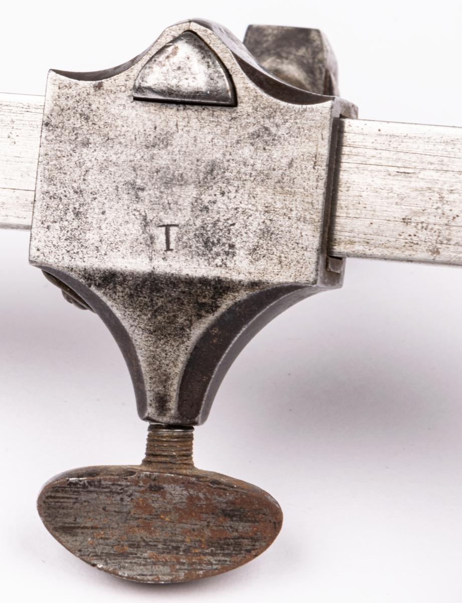 Handsvarv, av stål. Har använts i Sehlbergs urmakeriverkstad.