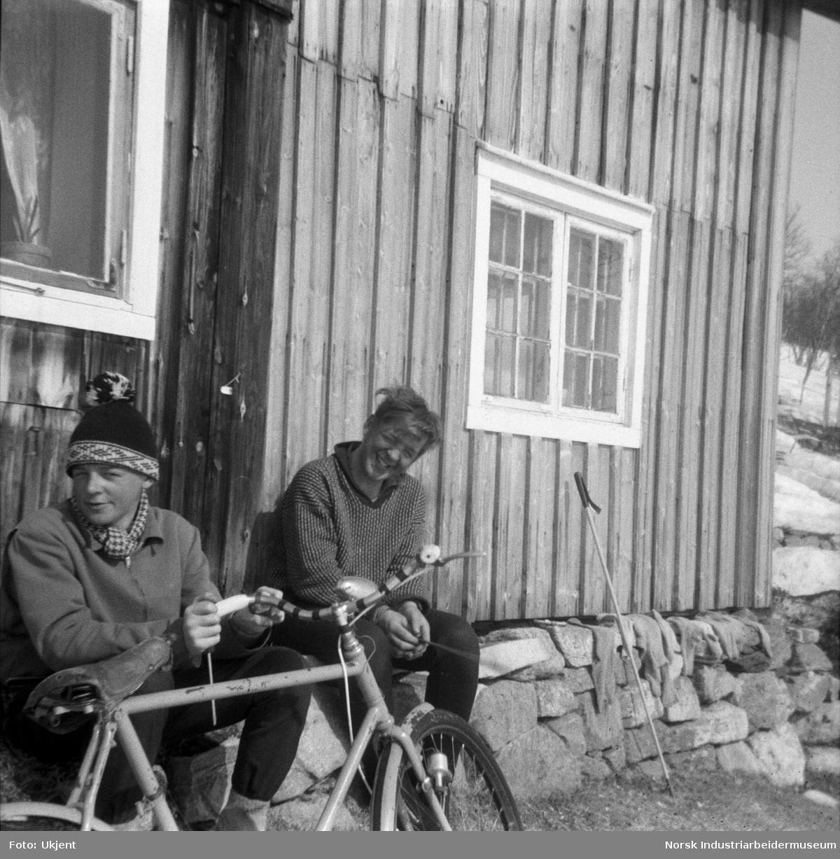 Nils Førnes iført pannebånd og strikket genser i båt på vei