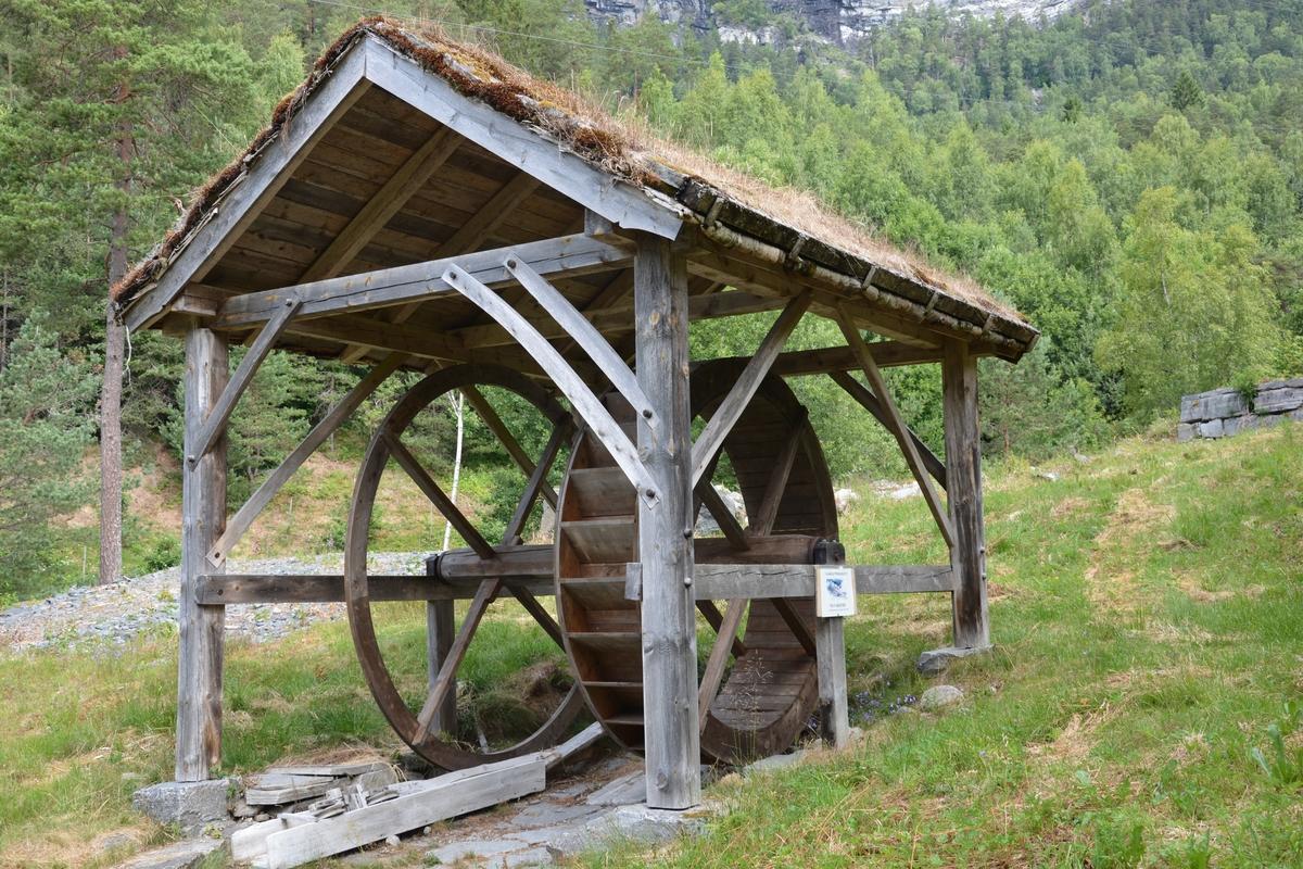 Grindverk med torvtak. Kopi-bygning som er laga på museet på 2000-talet som del av vasskraftprosjekt.