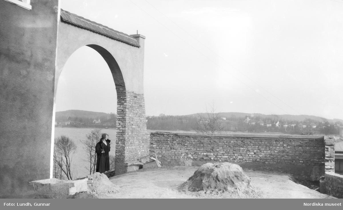 Motiv: Utlandet, Märkische Schweiz 102 - 108 ; Landskapsvy med skog och sjö, ett minnesmonument över första världskriget i forma av en soldat som håller ne krans, landskapsvy med en kvinna som står i ett valv.