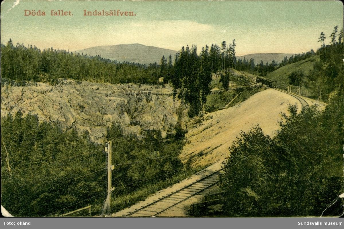 Vykort med motiv över Döda fallet och järnvägen strax bredvid.