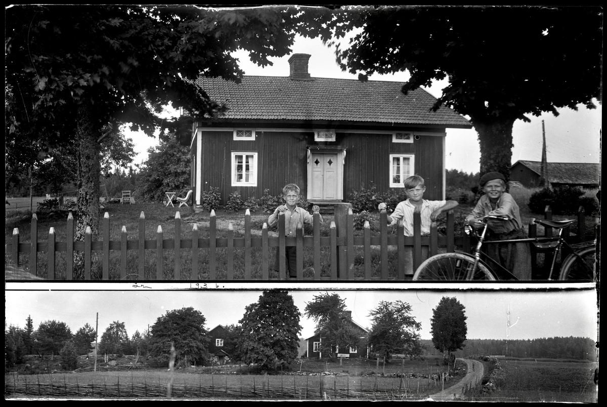 Pojkar vid staket