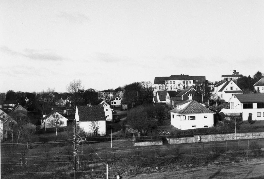 Bryne med Jernbanegata i framgrunnen og Bryne skule bak.  Biletet er teke i samband med utgjevinga av Fotobok for Time.