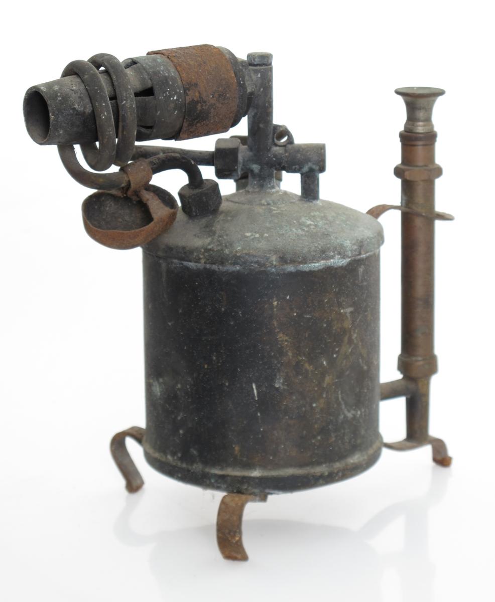 Beholder av messing, med flammerør, pumpe og føtter.