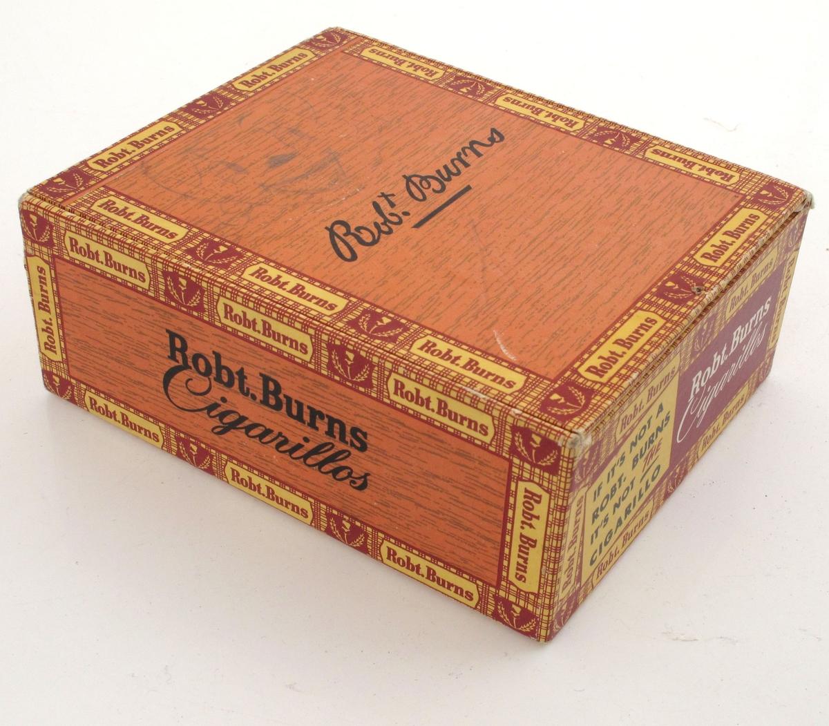 Eske av tynne treplater, påklebet papir med trykt mønster og tekst på alle flater. Brun trestruktur, ellers rød, gul og sort farge. Inneholder brukte frimerker (norske og amerikanske)  fra ca. 1970.