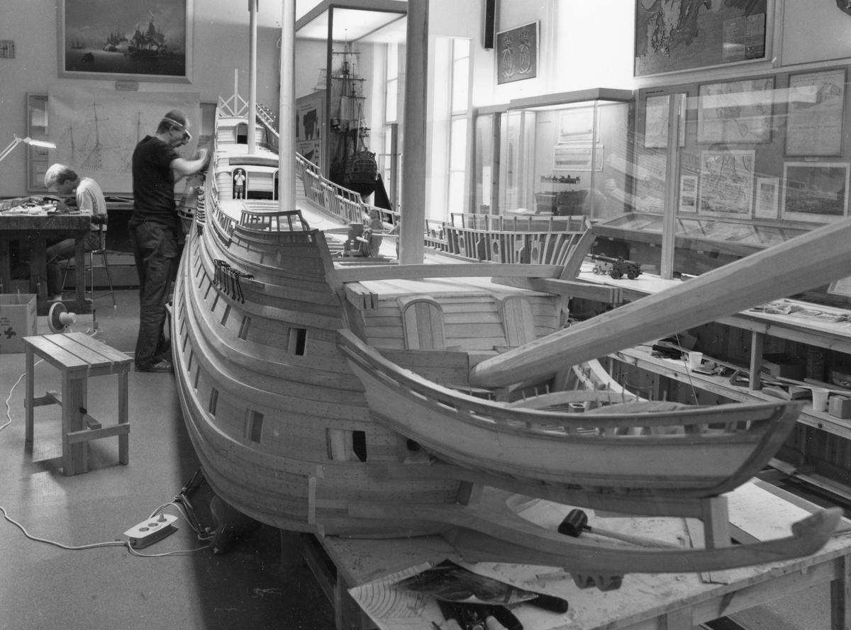 Modellbyggarna Göran Forss och Stefan Bruhn i arbete med modellen av Vasa i skala 1:10.