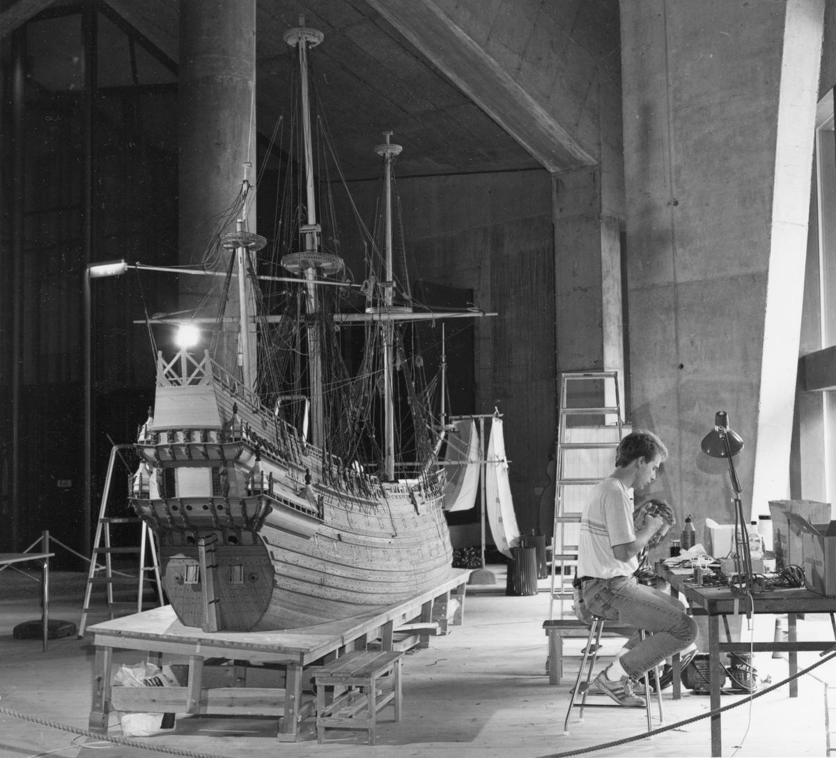 Modellbyggare Stefan Bruhn i arbete med modellen av Vasa i skala 1:10.