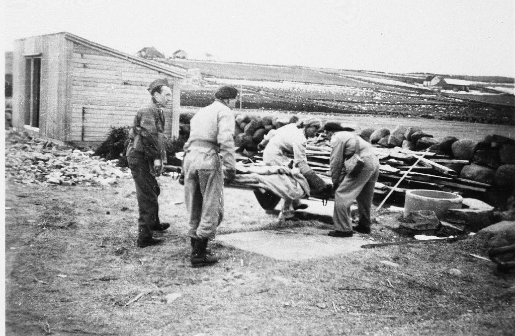 Heimevernsøvelse på Serigstad 31. mars 1950. Frå v. Sven Kyllingstad, Ukjend, Ola alte Pollestad, Ukjent.