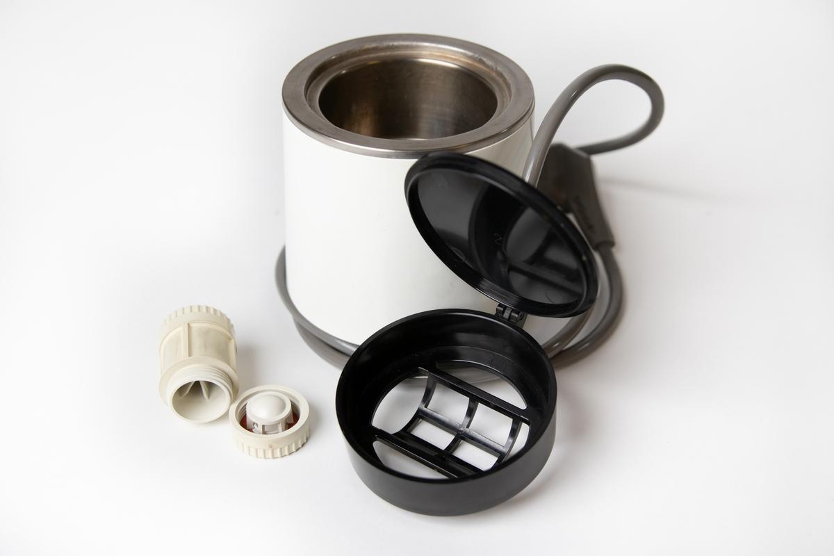 Linskokare, apparat för kokning av kontaktlinser (linser för direkt användning på ögat), tillverkad av Bausch & Lomb. Till kokaren hör bruksanvisning och originalförpackning av papper.  Apparaten (aseptor) är elektrisk och utgörs av en vit cylindrisk behållare med svart lock i toppen. Locket är uppfällbart och under detta sitter en cylindrisk, vit, löstagbar förvaringsdosa, i vilken kontaktlinserna placeras. Förvaringsdosan går att öppna i var ände och där placeras respektive kontaktlins. Nedtill på kokaren sitter en påslagningsknapp. En elekrisk sladd är kopplad till kokaren.  Vid kokning fylls förvaringsdosan med linserna med fysiologisk saltlösning och apparaten fylldes med destillerat vatten.  JM 56608:1, linskokare JM 56608:2, bruksanvisning JM 56608:3, originalförpackning